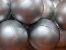 Bolas de plata hechas del plástico Fotos de archivo