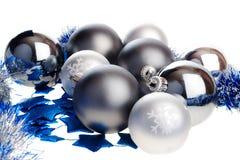 Bolas de plata oscuras y ligeras de la Navidad Fotos de archivo libres de regalías