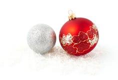 bolas de plata rojas del árbol de navidad aisladas Foto de archivo
