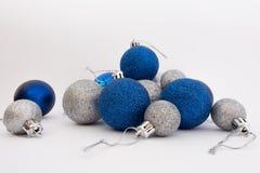 Bolas de plata y azules de la Navidad en el fondo blanco Imagen de archivo libre de regalías