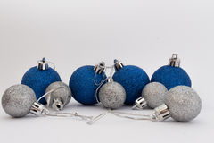 Bolas de plata y azules de la Navidad en el fondo blanco Foto de archivo