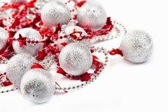 Bolas de plata y estrellas rojas Foto de archivo libre de regalías