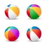 Bolas de praia coloridas isoladas no branco com Imagens de Stock Royalty Free