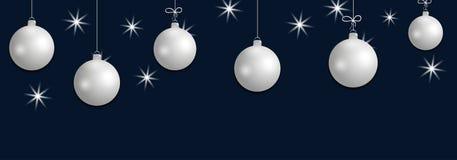 Bolas de prata de suspensão ajustadas do Natal Elementos decorativos das quinquilharias na obscuridade - fundo azul para o projet Imagem de Stock
