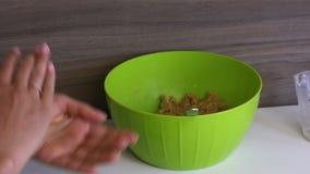 Bolas de rolos de uma mulher dos biscoitos com leite condensado em suas m?os Cozinhando princ?pios para PNF do bolo filme
