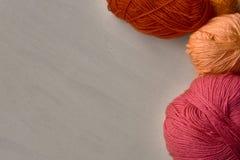 Bolas de Rose, rojas y anaranjadas del hilado Imagen de archivo libre de regalías