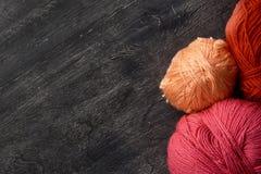 Bolas de Rose, rojas y anaranjadas del hilado Foto de archivo libre de regalías