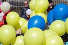 Bolas de salto coloridas fora contra o céu ensolarado azul fotos de stock royalty free