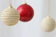 Bolas de suspensão coloridas do Natal Fotografia de Stock