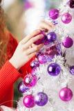 Bolas de suspensão do proprietário na árvore de Natal Imagens de Stock Royalty Free