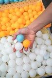 Bolas de tênis de mesa holiding da mão fotografia de stock royalty free