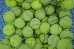 Bolas de tênis na cesta Fotografia de Stock