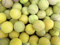 Bolas de tênis na cesta Fotografia de Stock Royalty Free