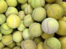 Bolas de tênis na cesta Fotos de Stock