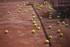 Bolas de tênis na corte Fotografia de Stock