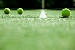 Bolas de tênis na corte de grama do tênis Fotografia de Stock Royalty Free