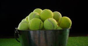Bolas de tênis na cubeta no estúdio 4k vídeos de arquivo