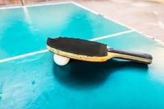 Bolas de tênis pretas das tabelas da raquete e da bola Fotos de Stock