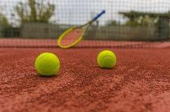 Bolas de tênis na corte Foto de Stock