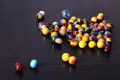 Bolas de vidro decorativas no fundo de madeira fotos de stock royalty free