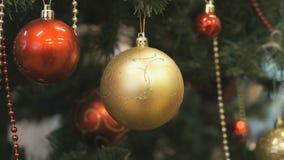 Bolas de vidro do brinquedo do Natal que penduram a árvore de Natal vídeos de arquivo