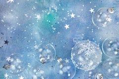 Bolas de vidro do Natal e confetes da estrela no fundo azul Foto de Stock Royalty Free