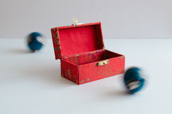 Bolas de Yin yang con una caja Foto de archivo libre de regalías