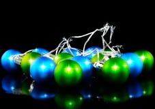 Bolas decoración-coloreadas de la Navidad y del Año Nuevo. Fotografía de archivo libre de regalías