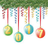 Bolas decorativas do Natal com dígito 2017 na fita, no ramo das coníferas no fundo branco, cartão de cumprimentos do vetor Foto de Stock Royalty Free