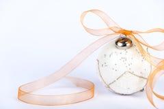 Bolas decorativas do White Christmas em um fundo branco imagem de stock