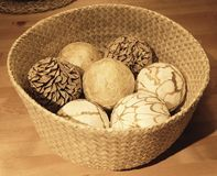 Bolas decorativas naturales en una cesta de madera Foto de archivo libre de regalías