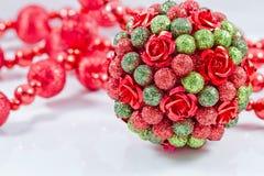 Bolas del árbol de navidad con la guirnalda roja Fotos de archivo