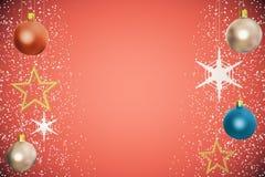Bolas del árbol de navidad con las estrellas de oro en el fondo rojo Imagen de archivo