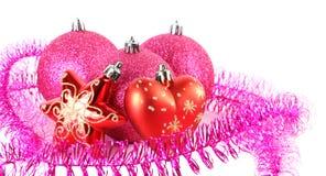 Bolas del árbol de navidad detrás de la estrella y del corazón Imágenes de archivo libres de regalías