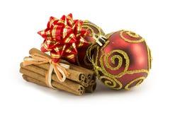 Bolas del Año Nuevo, de la Navidad, decoraciones y regalos Fotografía de archivo
