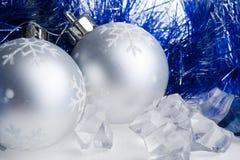 Bolas del Año Nuevo, oropel y cubos de hielo Foto de archivo libre de regalías