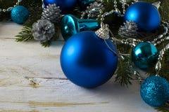 Bolas del azul del ornamento de la Navidad Fotos de archivo libres de regalías