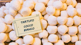 Bolas del chocolate blanco con los cocos Foto de archivo