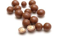 Bolas del chocolate con las tuercas fotografía de archivo