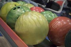Bolas del color en club de los bolos Fotografía de archivo