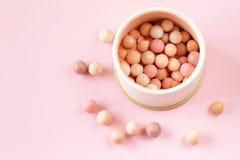bolas del colorete de los cosméticos en el banco Foto de archivo