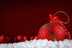 Bolas del concepto de la Feliz Navidad en la nieve, saludando Imágenes de archivo libres de regalías