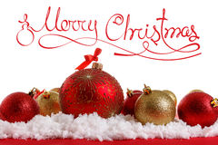 Bolas del concepto de la Feliz Navidad en la nieve, saludando Fotografía de archivo libre de regalías