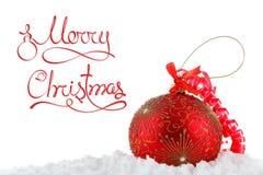 Bolas del concepto de la Feliz Navidad en la nieve, saludando Fotos de archivo libres de regalías