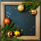 Bolas del día de fiesta del árbol de abeto del concepto de la Feliz Año Nuevo de la Feliz Navidad que adornan Imagen de archivo libre de regalías