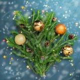 Bolas del día de fiesta del árbol de abeto del concepto de la Feliz Año Nuevo de la Feliz Navidad que adornan Fotos de archivo libres de regalías