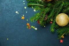 Bolas del día de fiesta del árbol de abeto del concepto de la Feliz Año Nuevo de la Feliz Navidad que adornan Imagenes de archivo