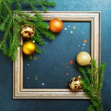 Bolas del día de fiesta del árbol de abeto del concepto de la Feliz Año Nuevo de la Feliz Navidad que adornan Fotografía de archivo