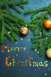 Bolas del día de fiesta del árbol de abeto del concepto de la Feliz Año Nuevo de la Feliz Navidad que adornan Imagen de archivo