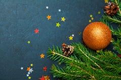 Bolas del día de fiesta del árbol de abeto del concepto de la Feliz Año Nuevo de la Feliz Navidad que adornan Imágenes de archivo libres de regalías